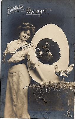 Ostern, Dame mit großem Ei und Huhn, Foto-AK, 1914 ()