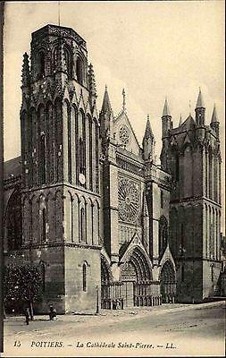 Poitiers Vienne France CPA ~1914-18 La Cathédrale Saint Pierre Straßenpartie
