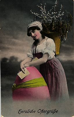 Ostern, Frau mit großem Ei, Korb, col. Foto-AK, 1919 ()