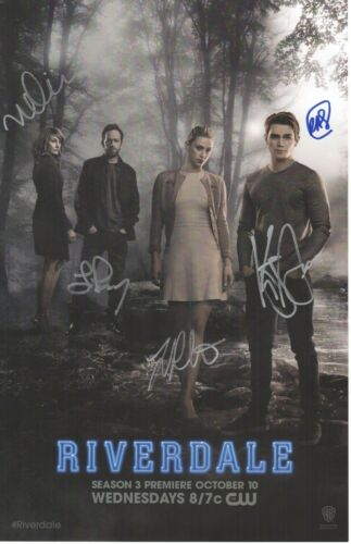 LUKE PERRY SIGNED RIVERDALE PHOTO 11X17 KJ APA LILI REINHART AUTOGRAPH NYCC SDCC