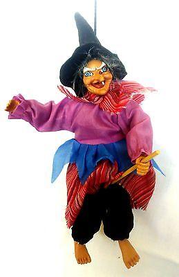 Hexe  hängend  DEKO 25 cm mit Lumpen-Kleidern rosa-rot