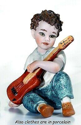 Estatuilla de Porcelana De Niño Figura Bebé Años 60 Con Guitarra Eléctrica