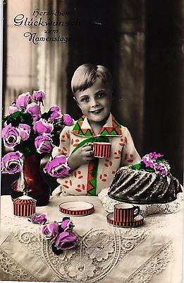 Namenstag, Junge mit Blumen und Kuchen, col. Foto-AK, um 1930