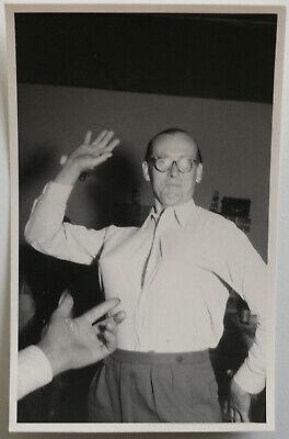 altes Foto Vintage AK Mann mit Brille tanzt lustiges Bild Humor Fun Party