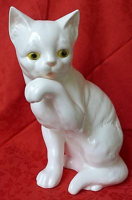***** Goebel Porzellan Figur - große weiße Katze sitzend und Pfote putzend *****