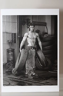"""HERB RITTS : """"FRED WITH TIRES"""" Kunst-Postkarte"""