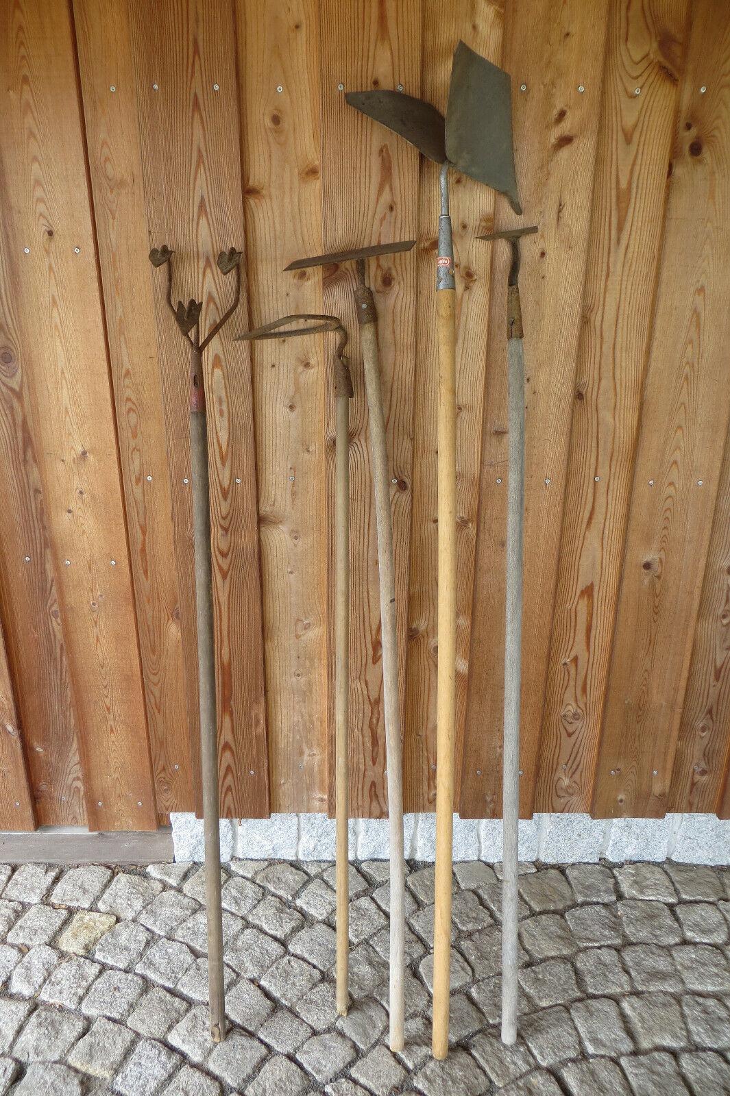 Alte Gartenwerkzeuge Konvolut 5 Stück mit Stiel Handpflug Egge Hacken