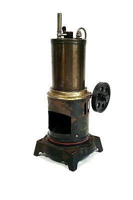 Alte Dampfmaschine stehend mit Gußeisen Fuß, fehlender Brenner und Schornstein