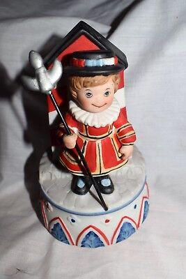 Estate: Christmas Music Box, Disney, Plays Emperor Waltz, Change of the Guard  ()