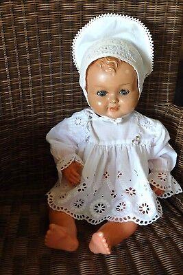 Alte Puppe Mid-Century 58 cm Masse Stoffkörper alte Haube chices Spitzenhemd .