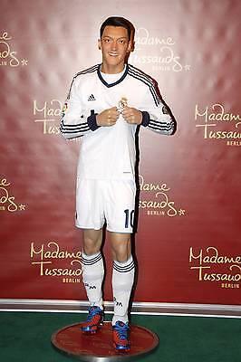 Ein Star zum Anfassen: Özil bei Madama Tussauds. (Bild: imago)