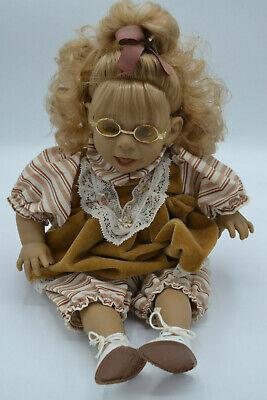 Dekoratives Puppen Mädchen mit Brille und Schleife