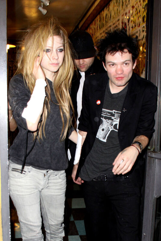 Avril Lavigne And Deryck Whibley Leaving The Restaurant 8x10 Picture Celebrity P