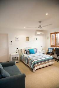 Studio appartment with bathoom & kitchen fully furnished + C/Yard Broadbeach Waters Gold Coast City Preview