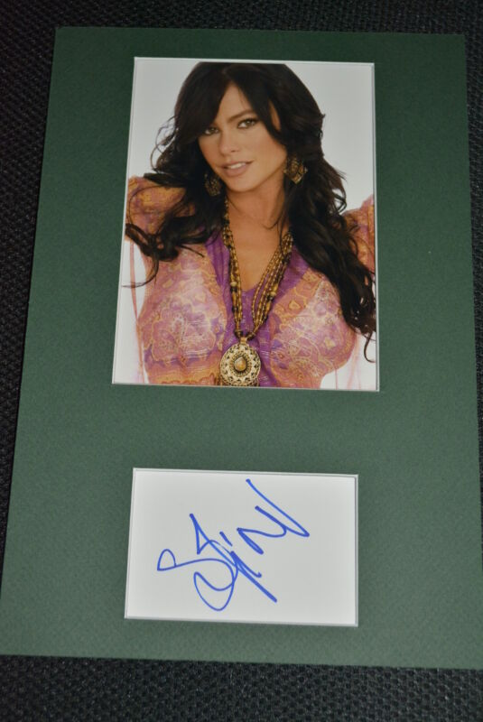 SOFIA VERGARA signed Autogramm In Person 20x30cm Passepartout  MODERN FAMILY rar