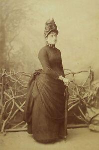Photographie-ancienne-format-cabinet-femme-robe-faux-cul-parapluie-Fetzer-Ragaz