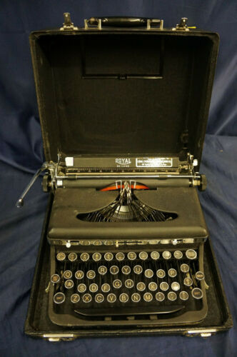 Vintage Royal Deluxe Typewriter Portable Manual W/Hard Case