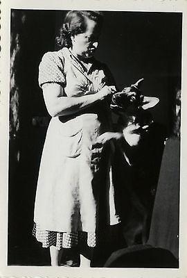 Photo ancienne - vintage snapshot - chien debout berger allemand tendresse - dog