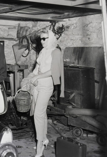 Marilyn Monroe in kercheif, capris & pumps candid 8x10 rare photo