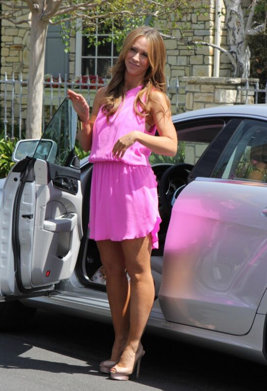Jennifer Love Hewitt Grabbing The Car Door 8x10 Photo Print