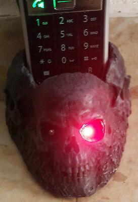 Totenkopf Telefonhalter mit rot leuchtenden Augen bei Anruf