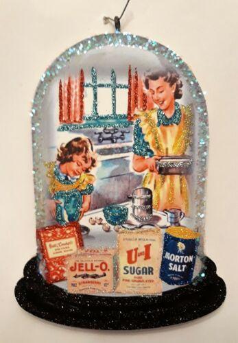 MOTHER & DAUGHTER BAKING in KITCHEN * Glitter CHRISTMAS ORNAMENT * Vtg Img