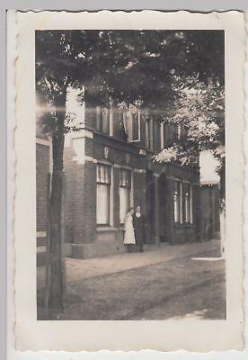 (F18925) Orig. Foto Frauen stehen an einem Backsteinhaus 1930er