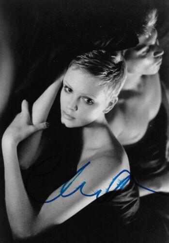 Charlize Theron Autogramm signed 13x18 cm Bild s/w