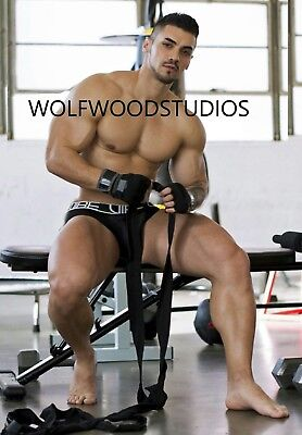 HOT SEXY BUILT TATTOOED MALE MODEL WORKING OUT AT GYM IN SPEEDO PUBLICITY PHOTO ](Hot Male Movies)