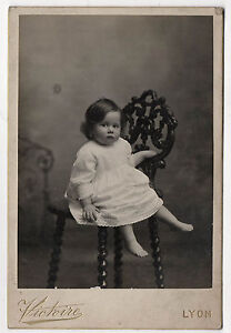photo cabinet petite fille robe chaise victoire lyon vers 1900 vintage ebay. Black Bedroom Furniture Sets. Home Design Ideas