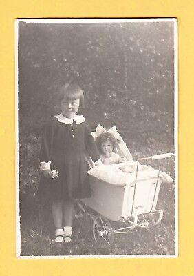 um 1930  Echtphoto - Die kleine RUTH mit NAETHER Kinderwagen & Porz. K. Puppe