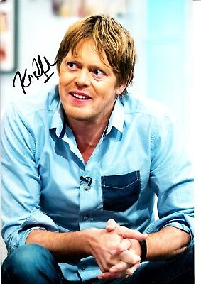 KRIS MARSHALL HAND SIGNED 8 X 12 INCH COLOUR PHOTOGRAPH