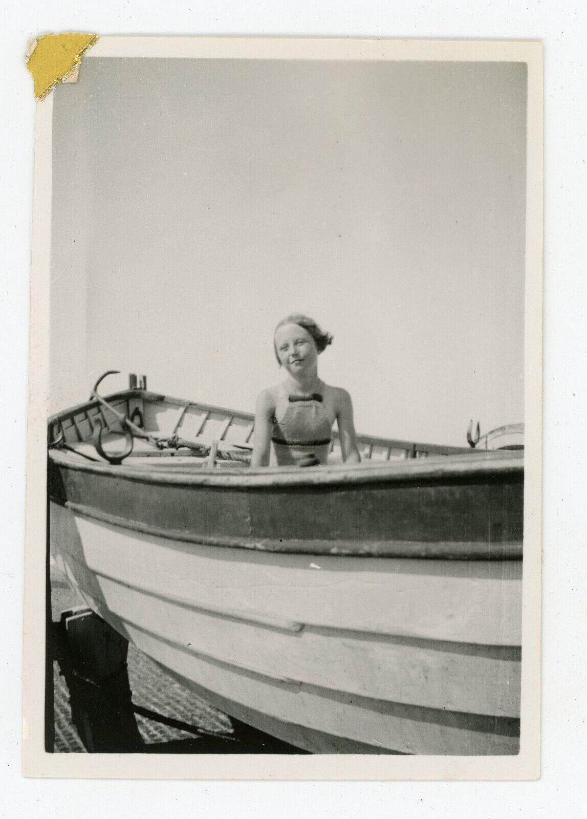 Photo snapshot vers 1930, une jeune fille dans une barque mode élégance
