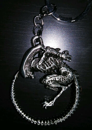 Alien / Aliens Metal Keychain - Horror Sci-Fi Movie key ring vs AVP Predator