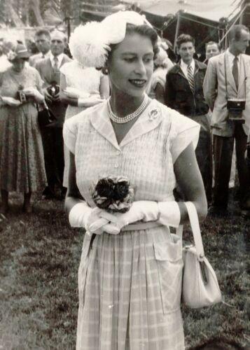 QUEEN ELIZABETH II-at Garden Party-Cocos Island-Royalty-1954 - 5x7 PHOTO
