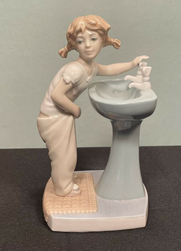 """Lladro Clean Up Time #4838 Figurine Porcelain 7 1/4"""" No Box Mint Girl At Sink"""