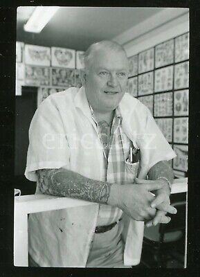 Nieh photo, Tattoo Artist, Lee Roy Minugh, The Pike, Long Beach, 1961, cp602025 (The Pike Long Beach)