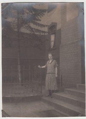 (F17166) Orig. Foto Frau steht an einem Haus 1915