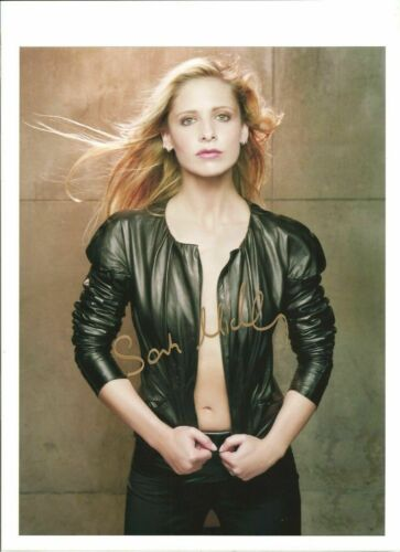 SARAH MICHELLE GELLAR / IN BLACKET JACKET Signed / Autographed 8x10 COA #445015