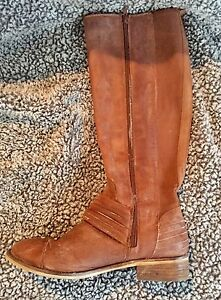 Jessica Simpsons camel-coloured knee-high boots