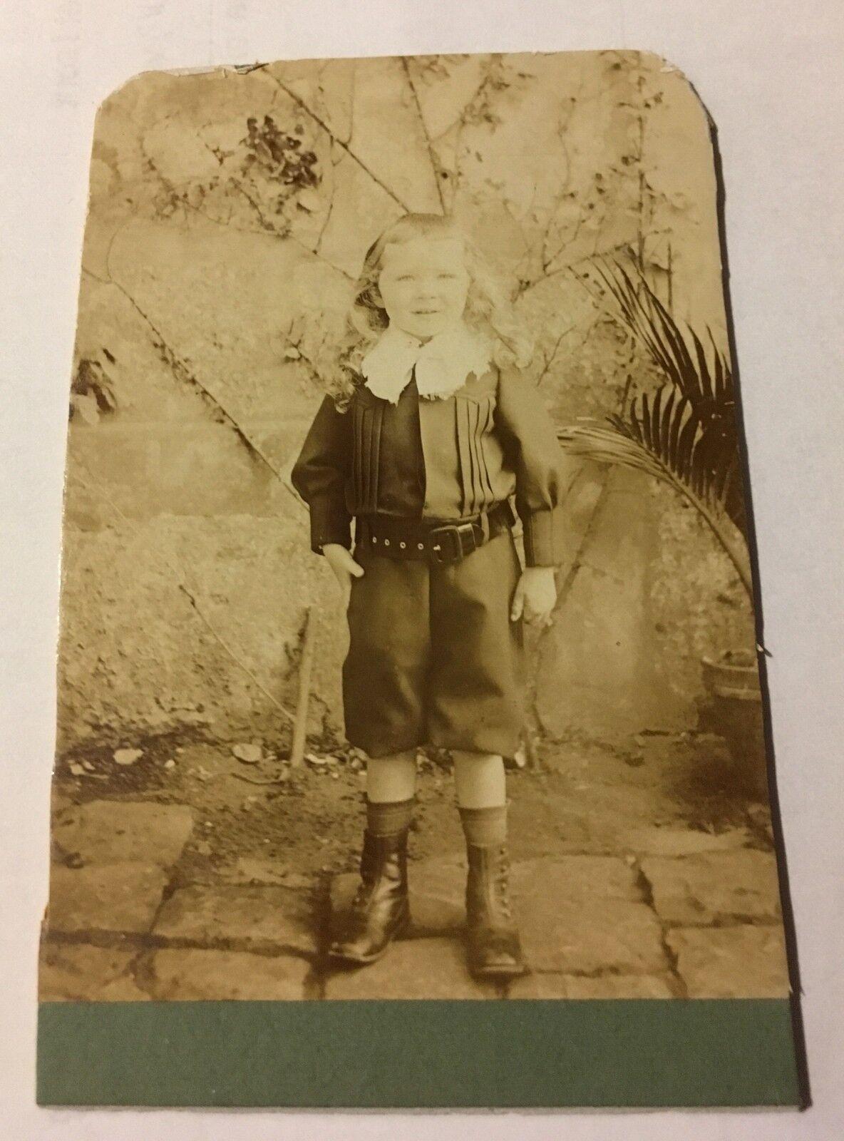 altes orig. Foto CDV Kind Junge Anzug kurze Hose langes Haar Frankreich Vintage