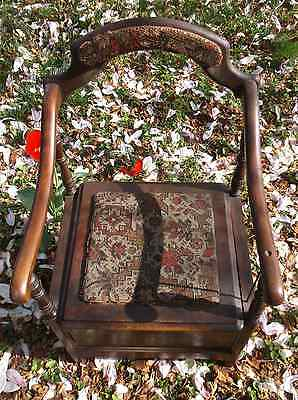 ANTIQUE ORNATE CUSHIONED POTTY CHAIR WITH AGATE SLOSH POT & LID ()
