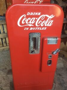 Vintage Coke Machine seems to be a Vendo 39 , Coca-Cola bottles