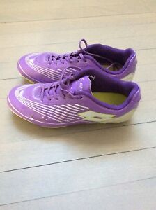 Soccer shoes girl size 4