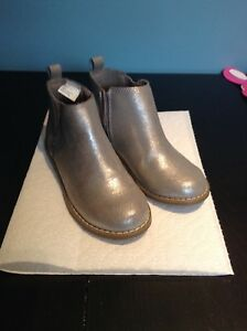 Girls Chelsea boots size 13 like new $10