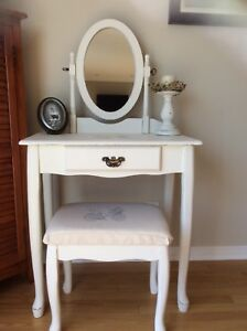 Gorgeous vanity refurbished. Firm price. I don't deliver