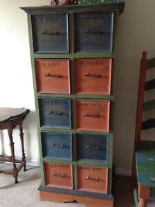 Meuble a tiroirs carrés, bois coloré.