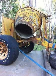 LARGE  CEMENT  MIXER--COULD  BE TOWED  !  $ 300.00 North Maclean Logan Area Preview