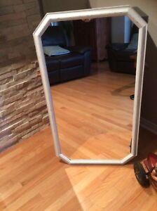 Miroir repeint bonne condition. Prix ferme
