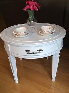 Table de salon ou d appoint vintage en vrai bois relookée!!